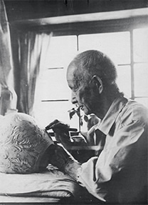 彫刻刀で唐草文の薄肉彫りを施す波山 1962頃