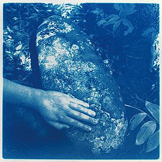 千葉奈穂子「父の家」シリーズより《石と語る》 2011